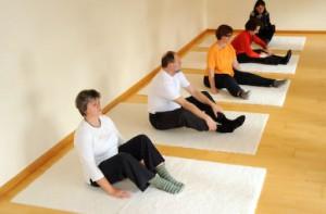 Eutonie-Unterricht, Teilnehmerinnen sitzen auf der Yogamatte