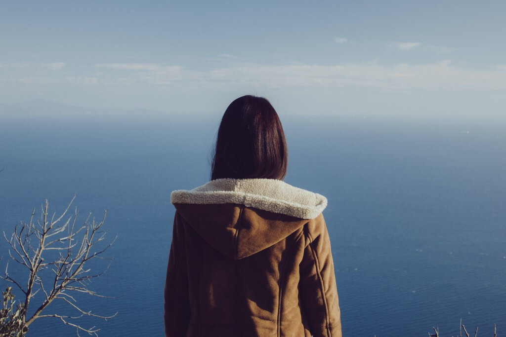 Frau schaut ins Weite, spirituelle Suche