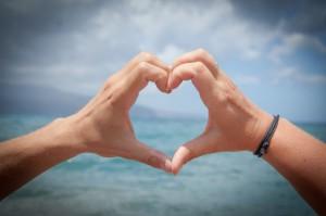 zwei Hände berühren sich und formen ein Herz