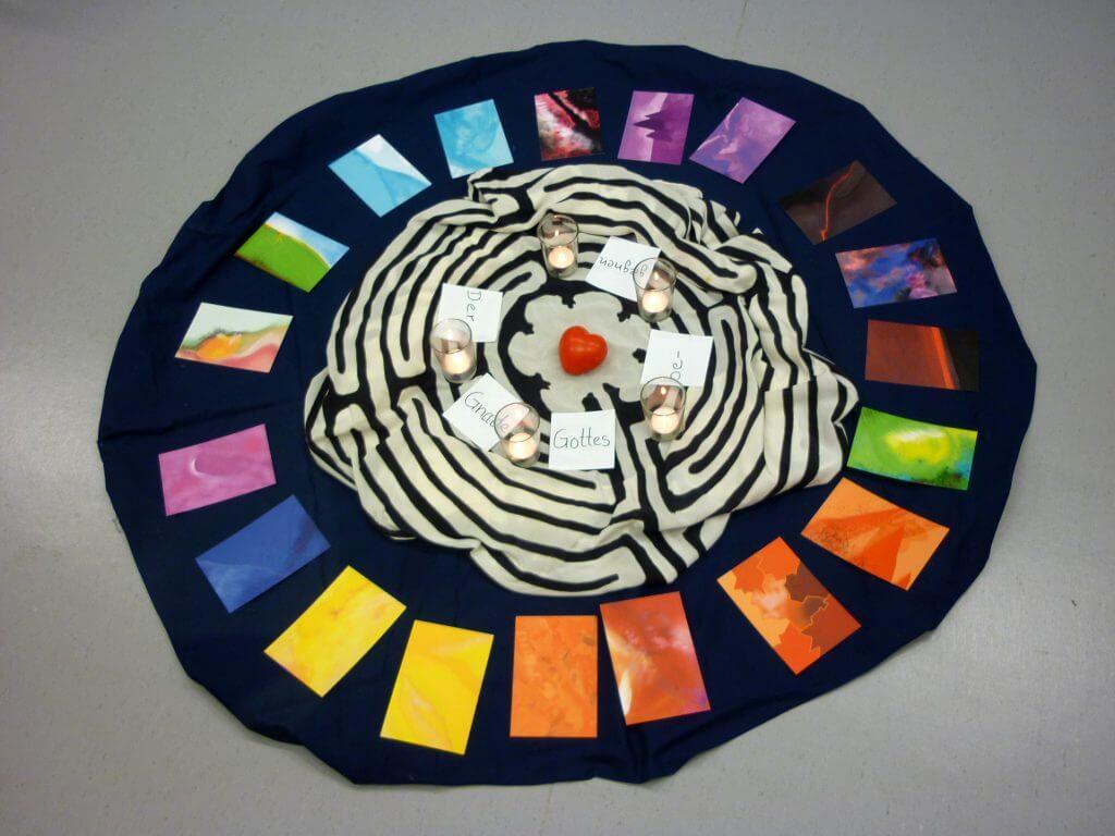 Mittegestaltung mit Kerzen, Labyrinth und farbigen Karten